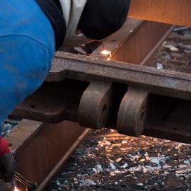 Bild von Mann vor  Metallschrott